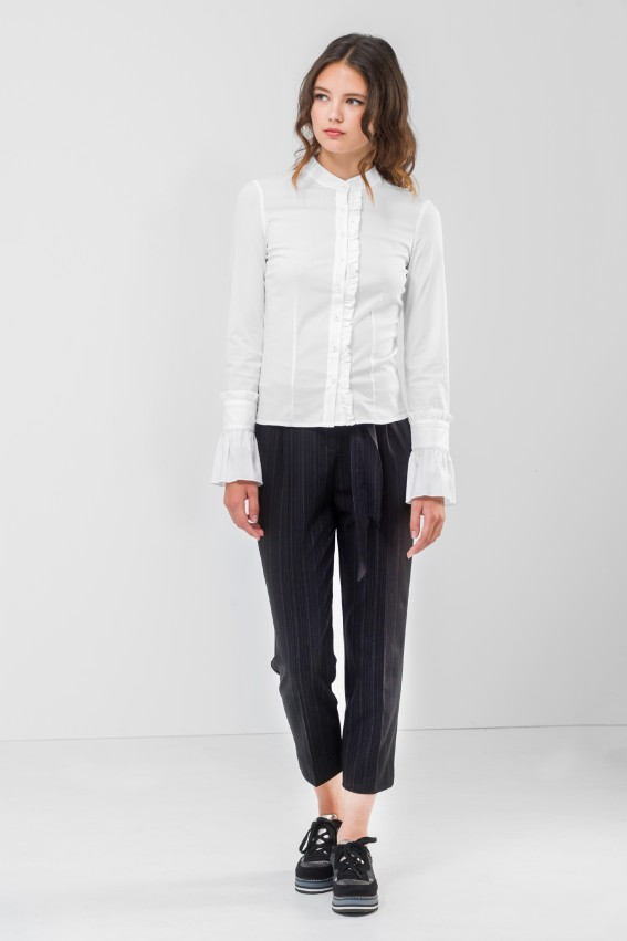 8d9e489a2320 Οι κορδέλες παίρνουν τον ρόλο της ζώνης και στα παντελόνια και προστίθενται  και στα μανίκια των πουκαμίσων δίνοντας ένα μοναδικό στιλ.